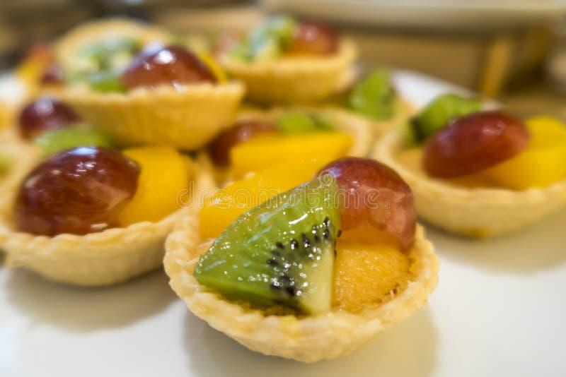 Kiwi, mango, pasteles deliciosos de la tarta de la fruta de postre de la uva fotos de archivo libres de regalías