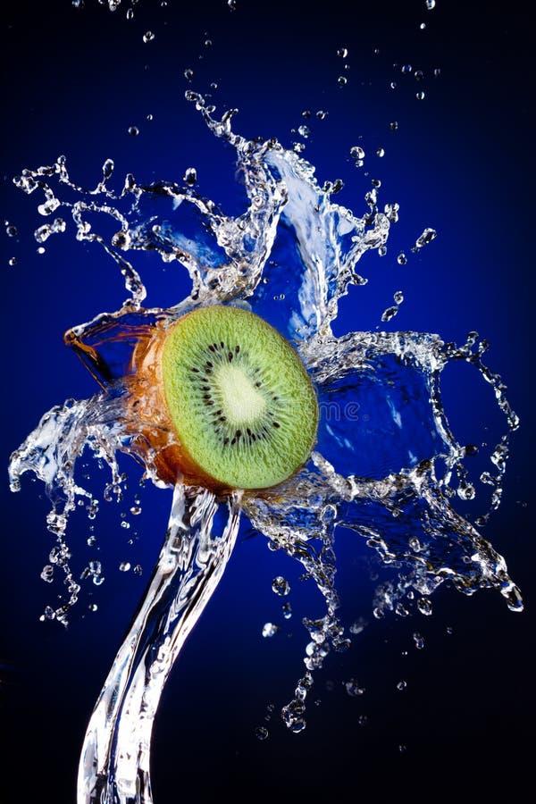 Kiwi nella spruzzata dell'acqua fotografia stock