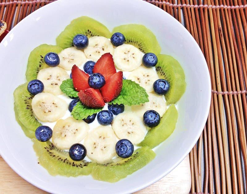 Kiwi och bär med yoghurt royaltyfri bild