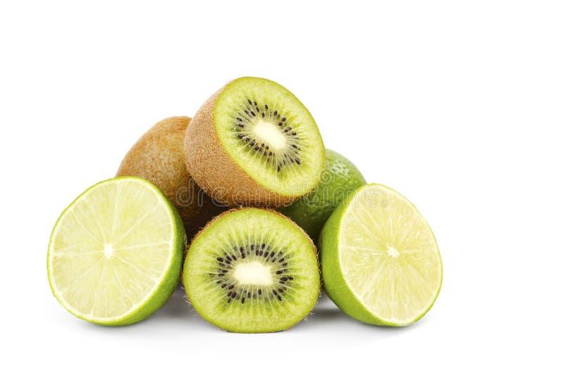 Kiwi- och limefruktsnitt i halva royaltyfri fotografi