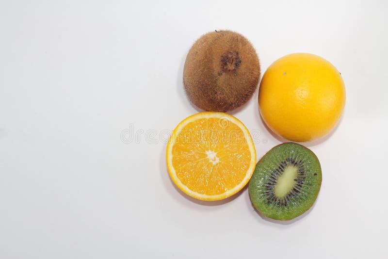 Kiwi- och orange-bilder med vit bakgrund är perfekta för illustrationer på livsmedel arkivbilder
