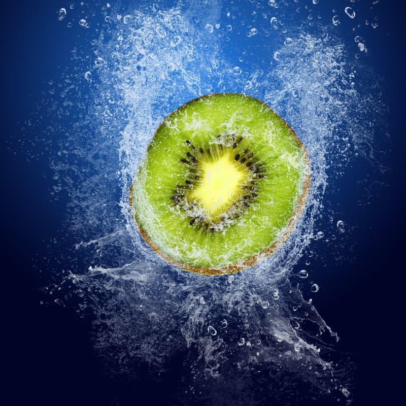 Kiwi onder water royalty-vrije stock afbeeldingen