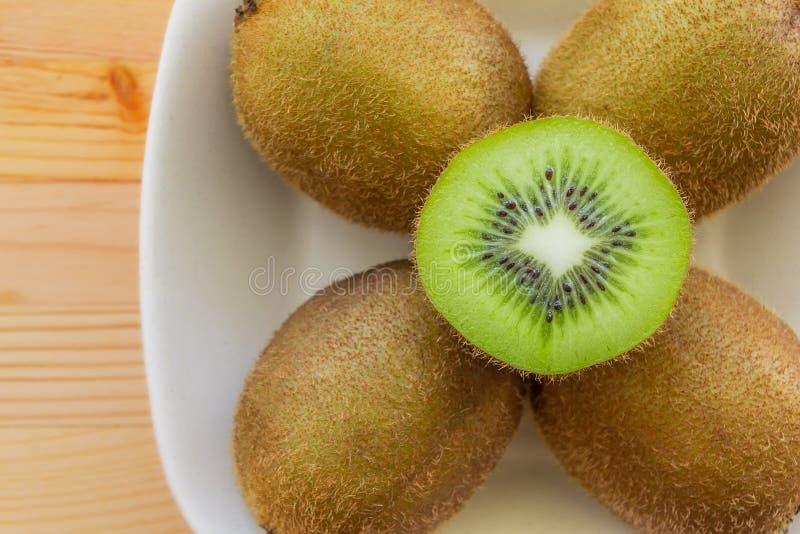 Kiwi owoc na talerzu zdjęcie stock