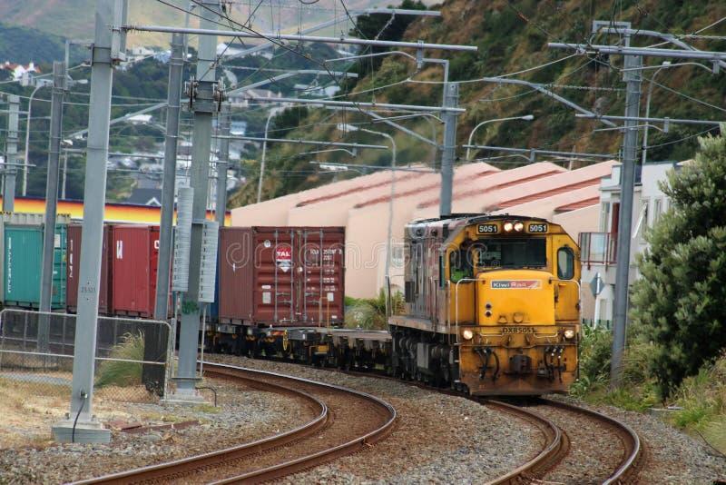 Kiwi Rail diesel- tokigt på behållarefraktdrevet royaltyfria bilder