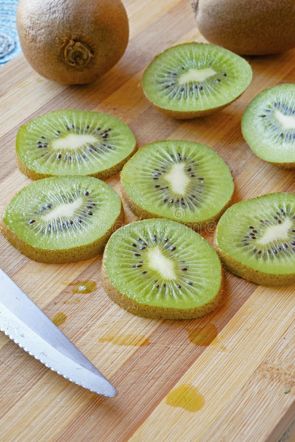 Kiwi skivar ståendesidoskörden royaltyfri foto