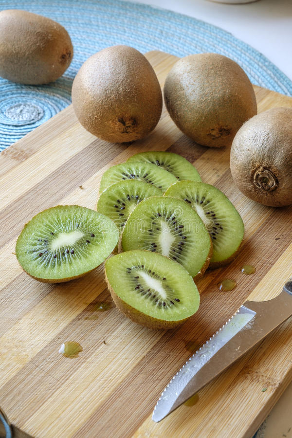 Kiwi skivar ståendesidosned boll royaltyfri bild