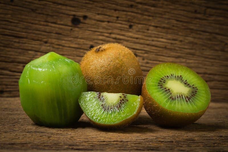 Kiwi Skivat half nytt På gammalt trä arkivbild