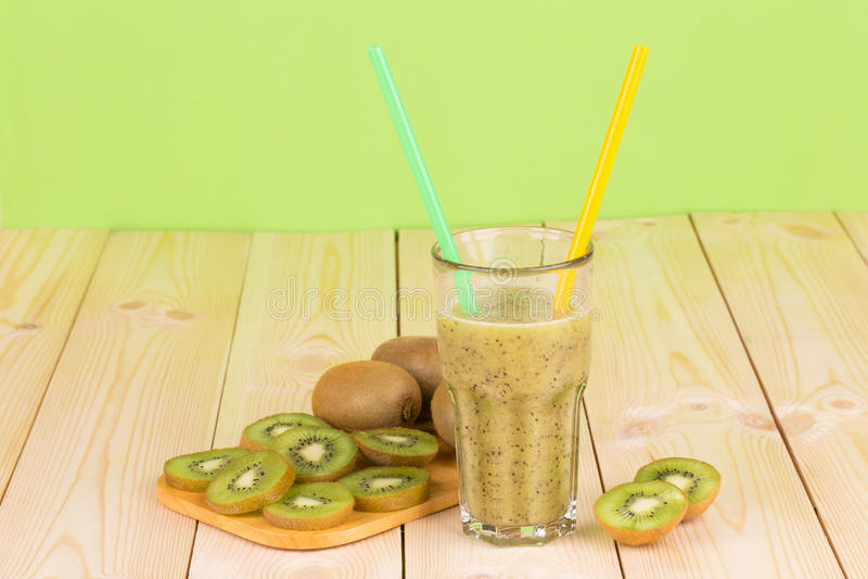 Kiwi smoothie i pokrojone owoc obrazy stock