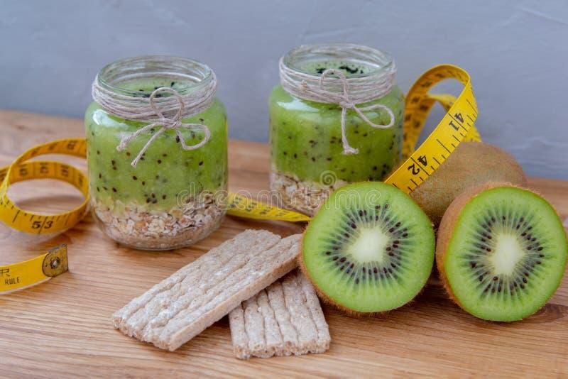 Kiwi smoothie met graangewas op een houten lijst royalty-vrije stock afbeeldingen