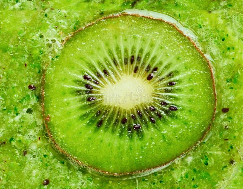 Kiwi Smoothies und Kiwihintergrund, Draufsicht stockbilder