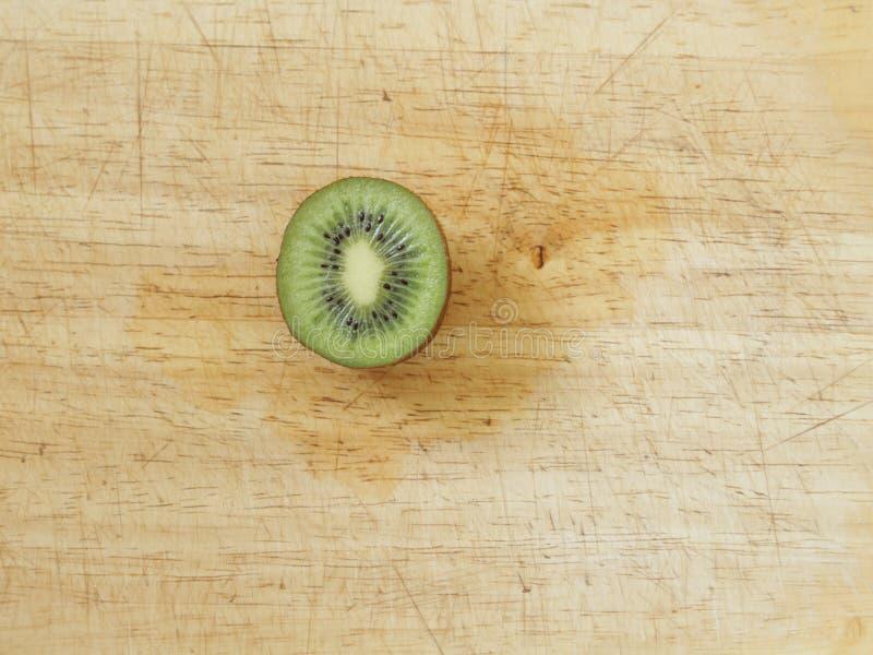 Kiwi som skivas i halva royaltyfri foto