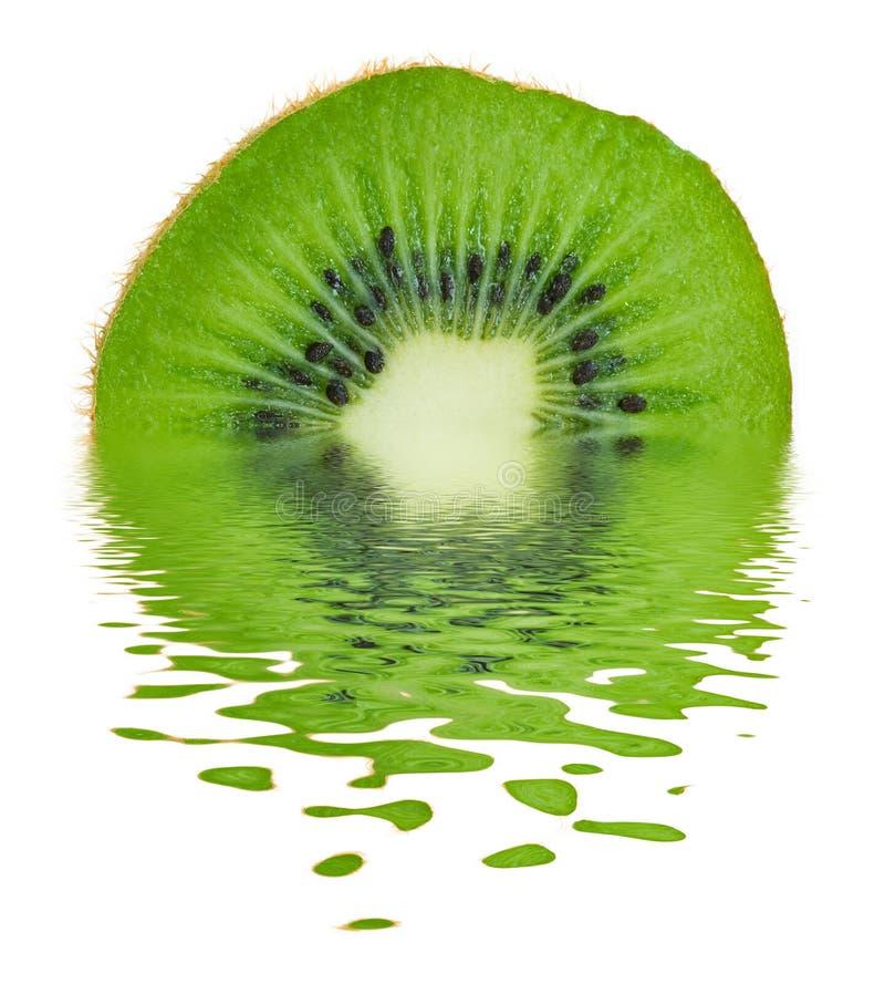 Kiwi su acqua immagine stock