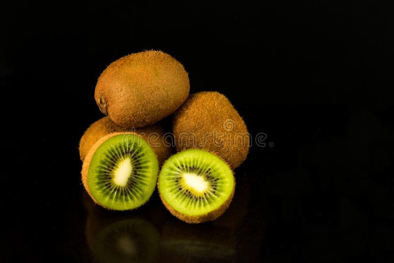 Kiwi su una priorità bassa nera fotografia stock