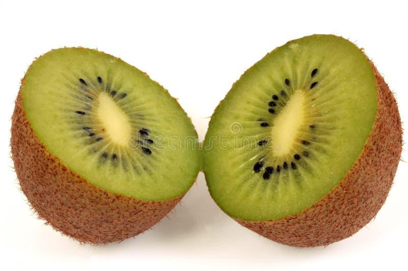 Kiwi tagliato a metà su un fondo bianco immagine stock libera da diritti