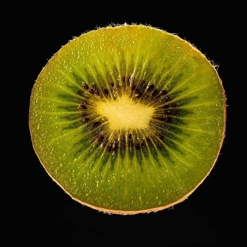 Kiwi tagliato su fondo nero fotografia stock