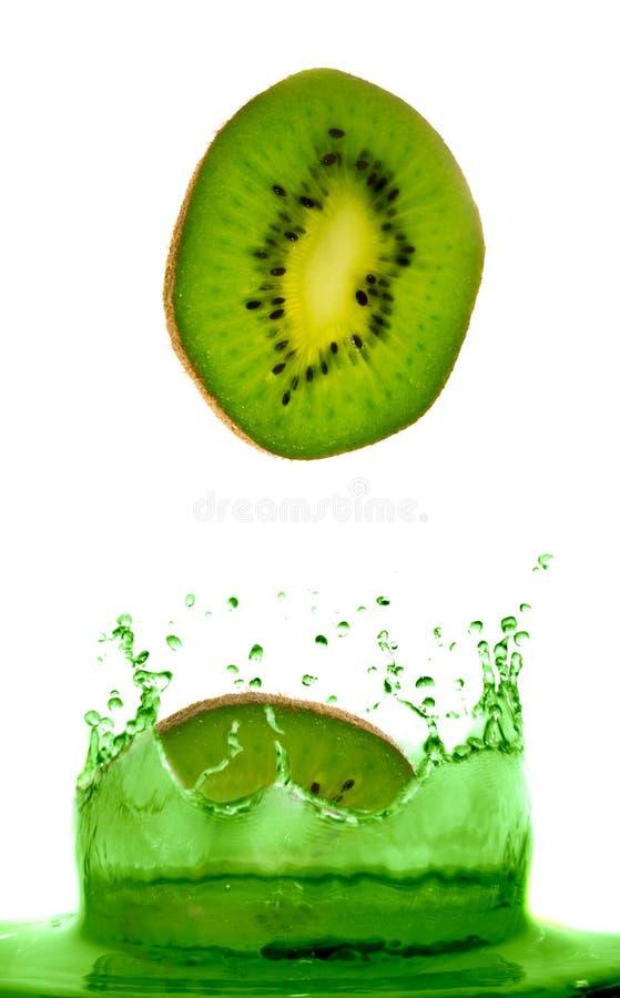 Kiwi tombant en jus. image stock