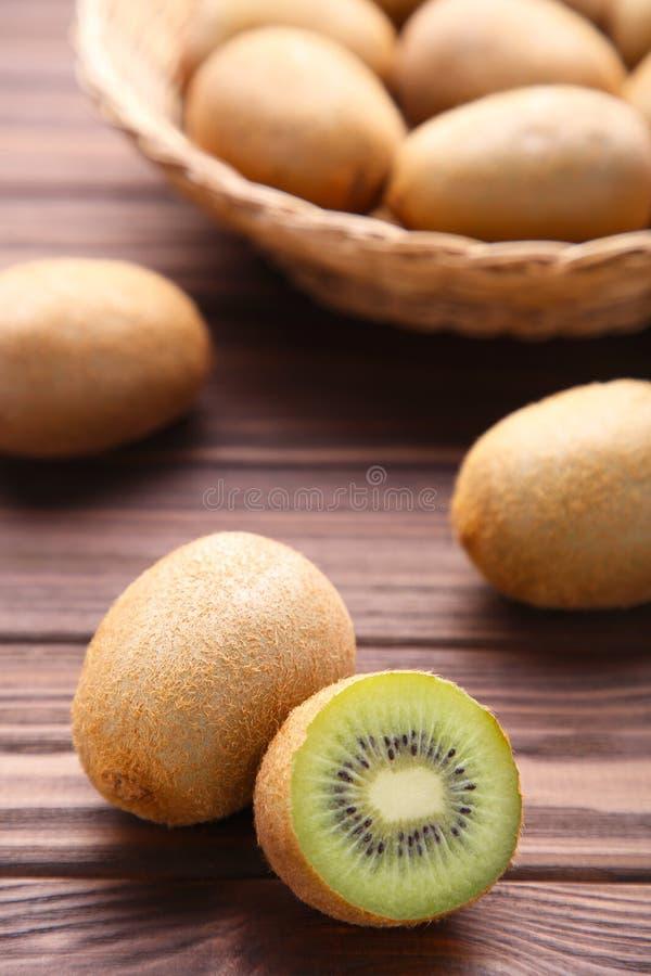 Kiwi in un canestro su fondo marrone fotografia stock libera da diritti