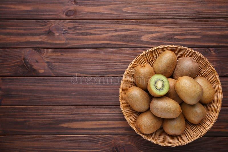 Kiwi in un canestro su fondo marrone immagine stock libera da diritti
