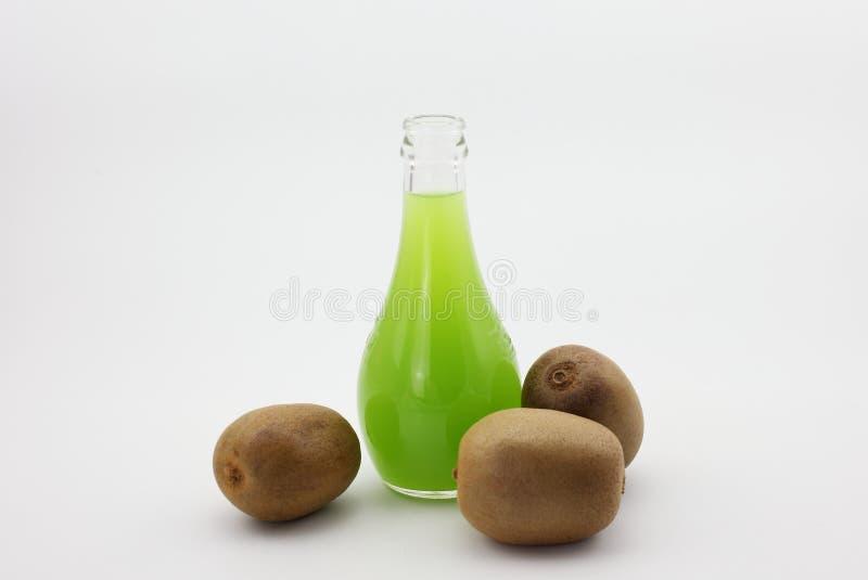 Kiwi- und Kiwifruchtsaft lizenzfreies stockbild
