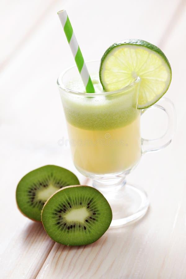 Kiwi- und Melonensaft stockfotos