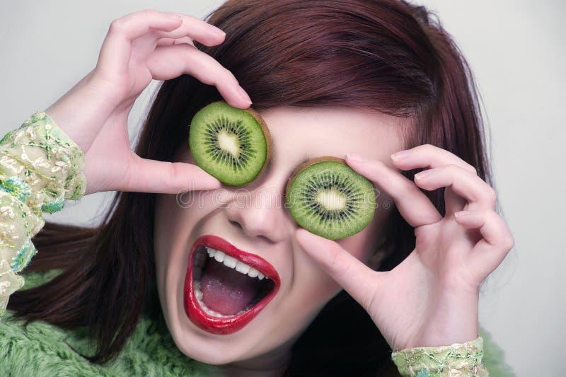 Kiwi van de de vrouwenholding van het fruit de grappige stock foto's