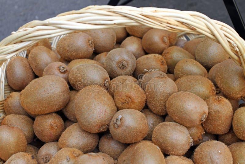 Kiwi Verse organische kiwien in gebreide mand Plak van kleurrijk groen kiwifruit met zaden Vruchten achtergrondtextuur Kiwiwallpa stock foto