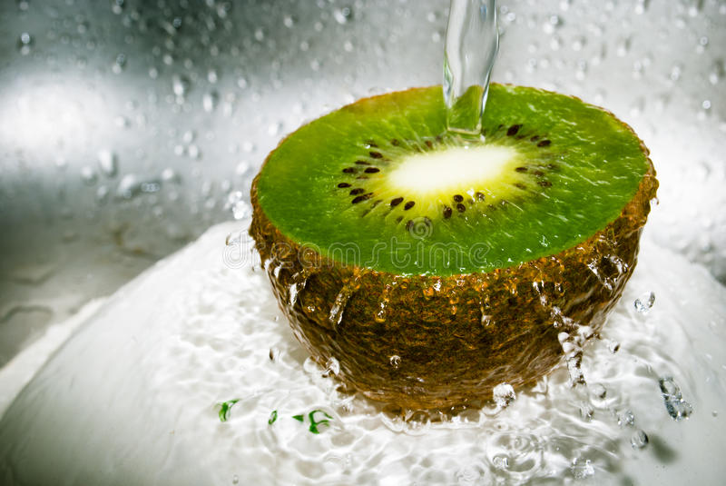 Kiwi y agua fotos de archivo