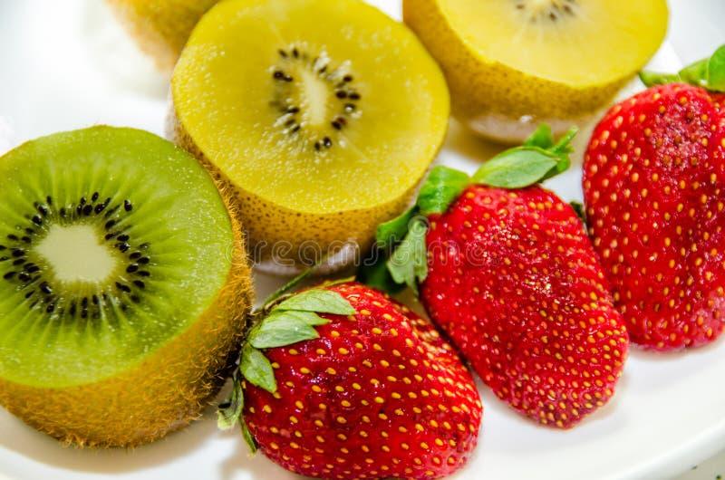 Kiwi y fresas imagen de archivo libre de regalías