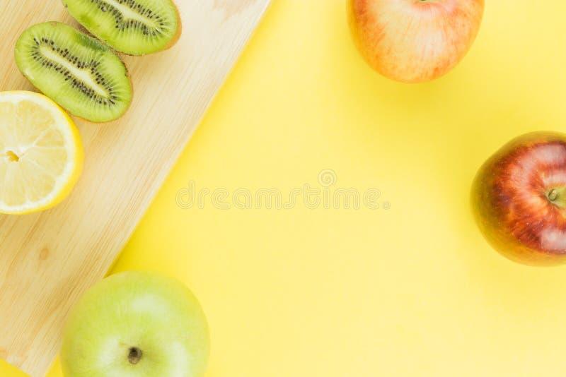 Kiwi y limón jugosos del fondo de la fruta fresca imagen de archivo