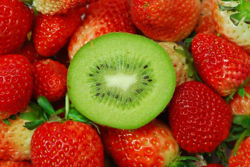 Kiwifrucht und -erdbeere stockfoto