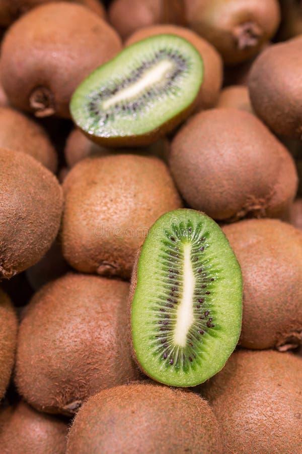 Kiwifruit bij een fruitmarkt stock afbeeldingen