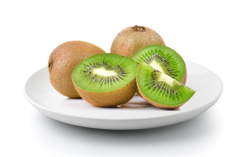 Kiwifruit in een plaat op een witte achtergrond wordt geïsoleerd die royalty-vrije stock fotografie