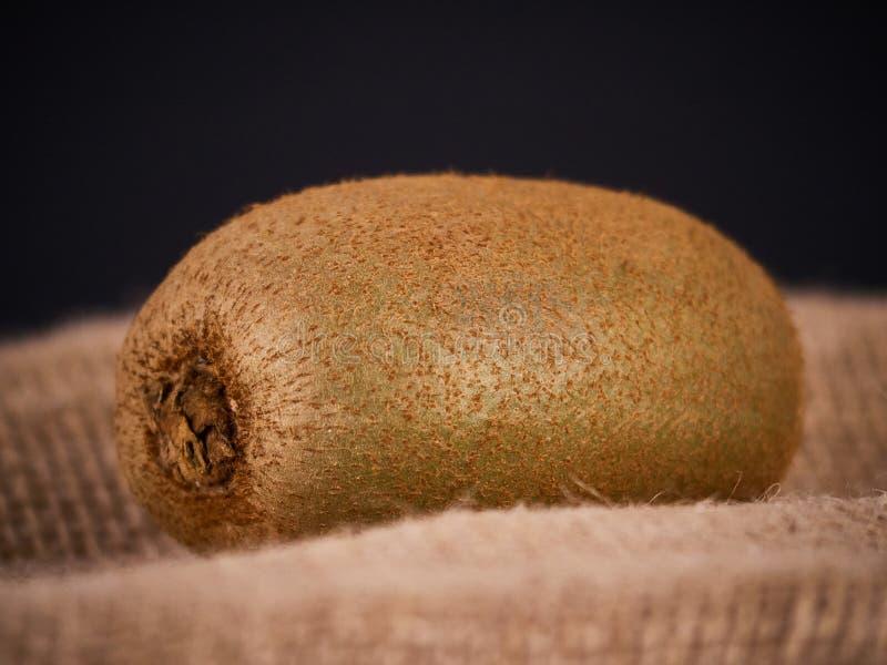 Kiwifruit op een rustieke achtergrond, ingrediënt voor detox smoothie stock afbeeldingen