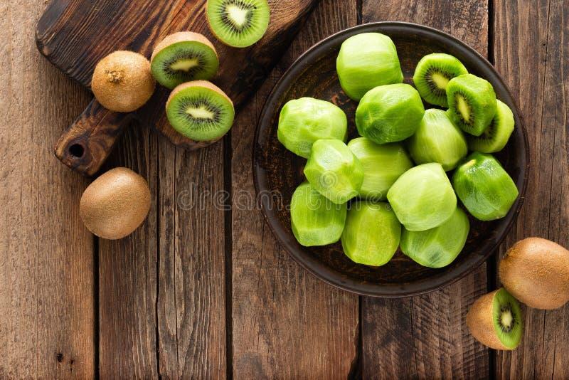 Kiwifruit op houten rustieke lijst, ingrediënt voor detox smoothie stock afbeeldingen