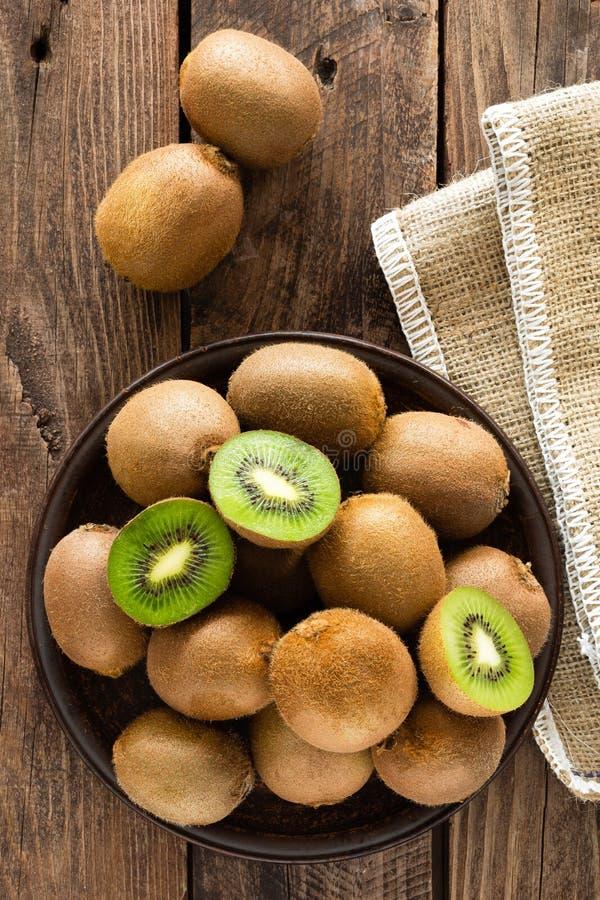 Kiwifruit op houten rustieke lijst, ingrediënt voor detox smoothie stock afbeelding