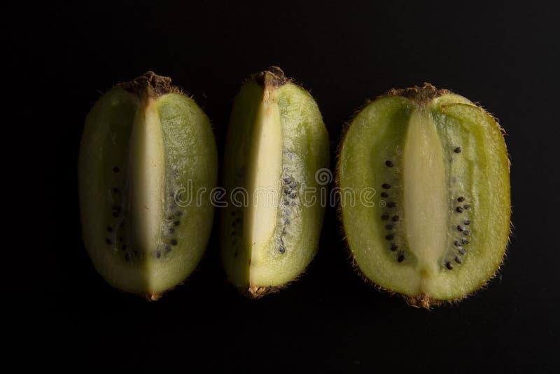 Kiwifruit op zwarte achtergrond, vers kiwifruit wordt geïsoleerd dat De achtergrond van het Minimalisticfruit Gezond voedsel of d royalty-vrije stock afbeeldingen