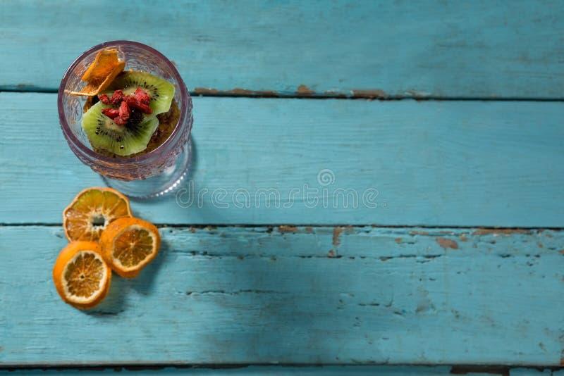 Kiwifruit plasterek i wysuszone owoc w szklanym pucharze z wysuszonym pomarańczowym plasterkiem zdjęcie stock