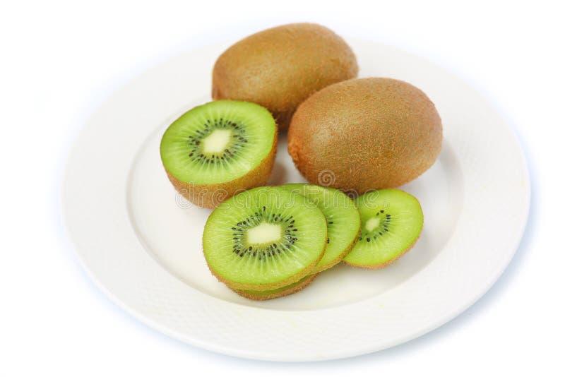Kiwifruit in witte plaat royalty-vrije stock afbeeldingen