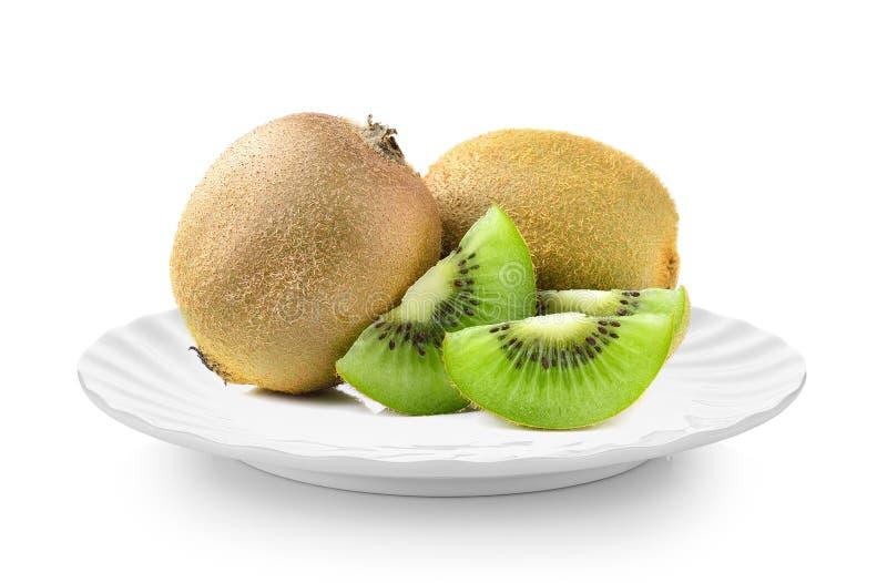 Kiwifruit in witte plaat op witte achtergrond stock foto's