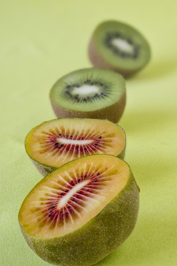 Kiwifruits auf grünem Hintergrund stockfotos