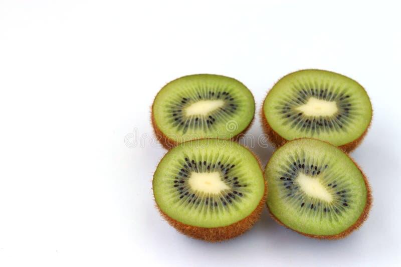 Kiwihälften sind auf einem weißen Hintergrund stockfoto