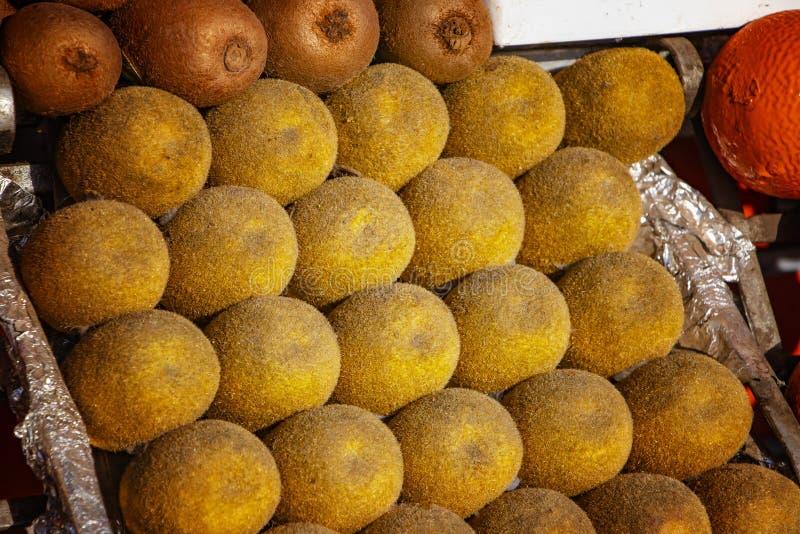Kiwis frais comme fond Mensonge africain tropical de fruit dans un support à Marrakech, Maroc images libres de droits