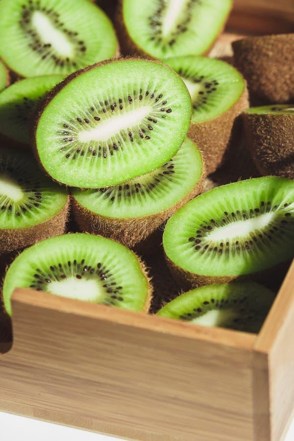 Kiwis verdes en la bandeja de madera imagen de archivo libre de regalías