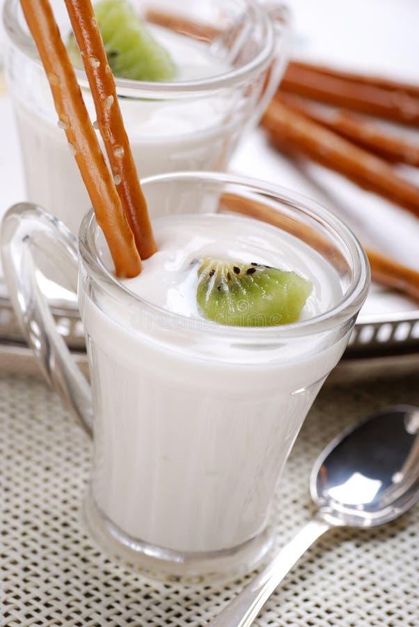 kiwiyoghurt arkivfoton