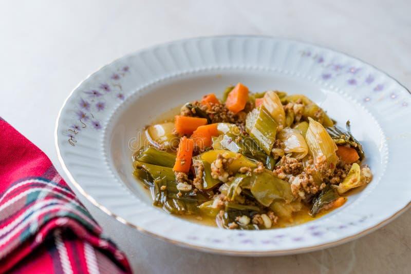 Турецкий лук-порей еды с семенить мясом/Kiymali Pirasa стоковая фотография rf