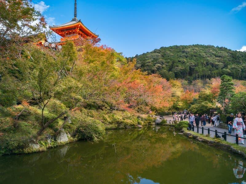 Kiyomizu寺庙和秋天颜色在水中反射了在京都,日本 免版税库存照片