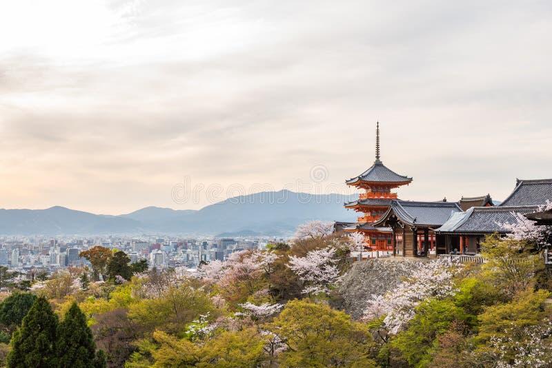 Kiyomizu dera寺庙在春天 免版税图库摄影