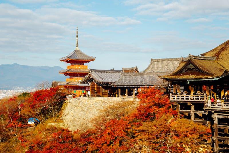 Kiyomizu-dera świątynia z jesień kolorowym klonem w Kyoto, Japonia obrazy stock