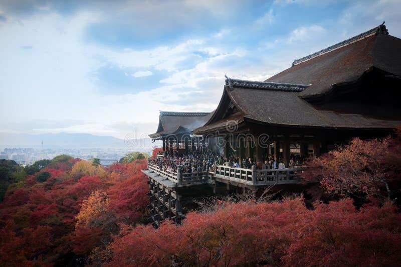 Kiyomizu Dera Świątynny widok z colerful niebieskim niebem i drzewami obrazy royalty free