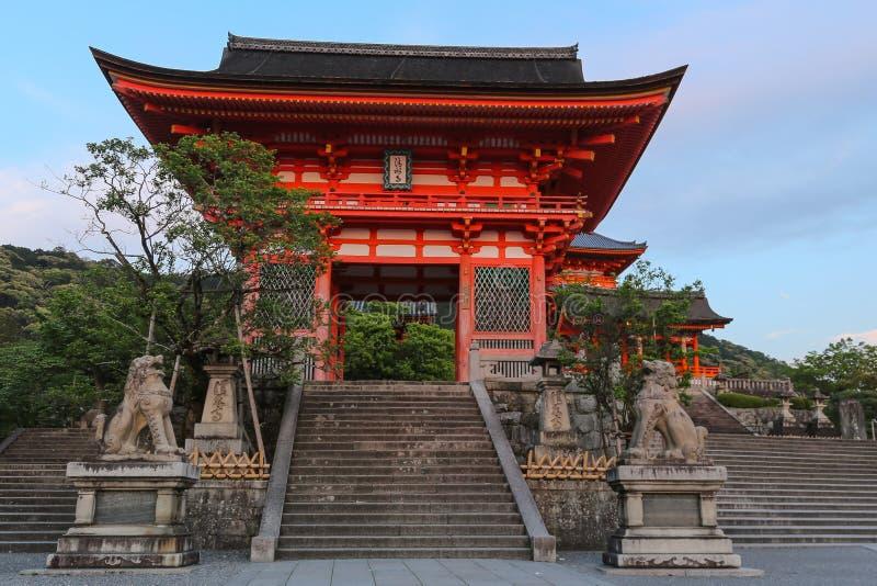 Kiyomizu-dera tempelkomplex - Nio-måndag huvudsaklig ingång royaltyfri bild